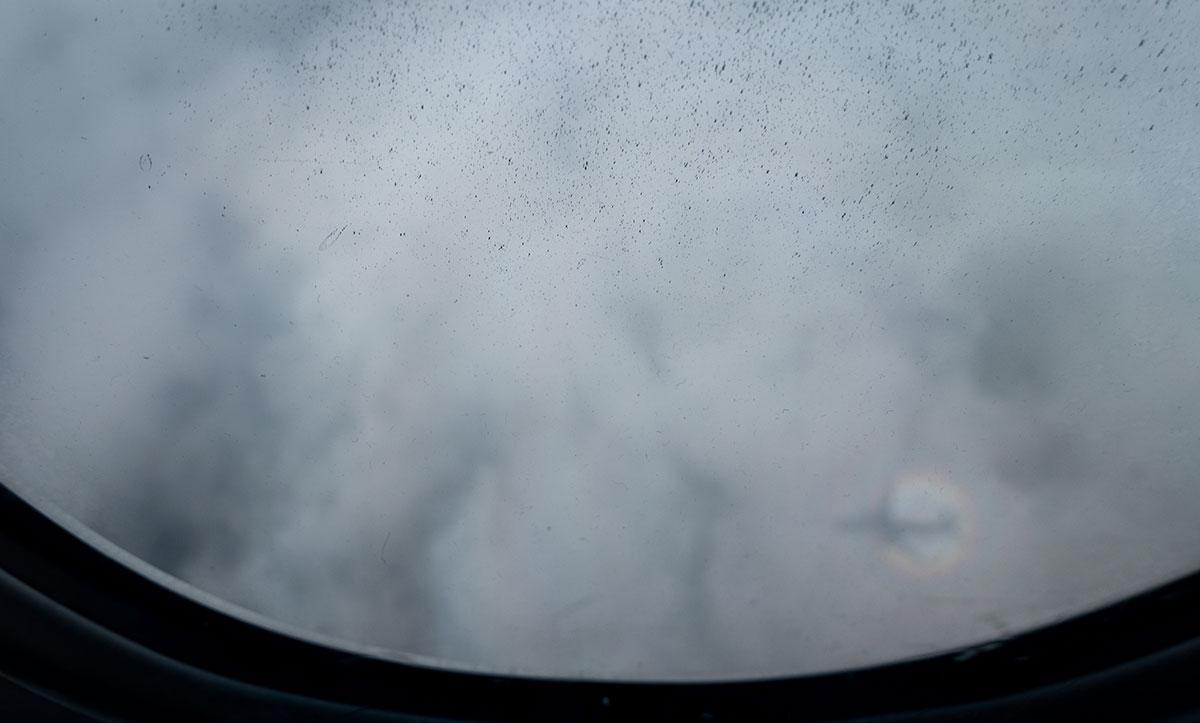 飛行機影に虹がかろうじて見えた!