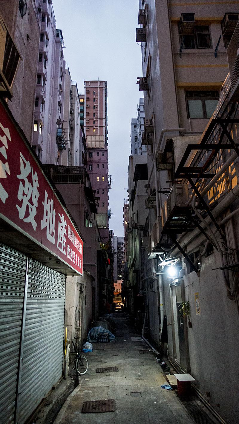 人の気配がない香港の朝