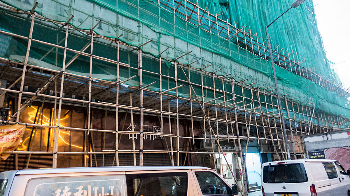香港の住宅工事の足場は竹